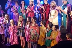 19Ariana-and-Cast-Final-Curtain